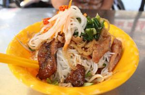 Gánh bún bì đông khách chợ Bàn Cờ