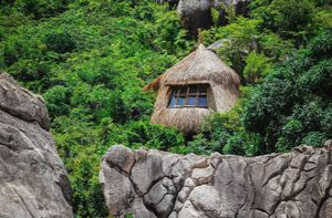 Giới trẻ thích thú ở lều tổ chim chênh vênh bên vách đá vịnh Cam Ranh