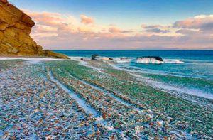 Khám phá bãi biển đá cuội từ thủy tinh ở Nga