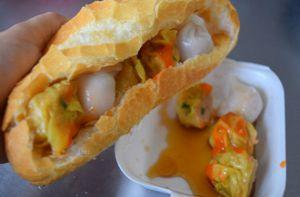 Xe bánh mì xíu mại khô gần 40 năm ở Sài Gòn