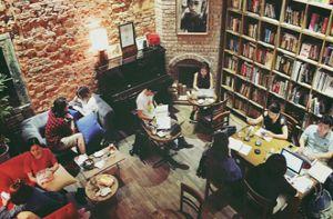 Cuối tuần trốn ồn ào ở 4 quán cà phê sách phong cách