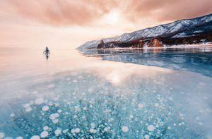 Hồ nước đóng băng đẹp tựa như 'xứ sở tuyết'