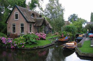 Ngôi làng 700 năm không sửa đường, đến nhà hàng xóm phải chèo thuyền