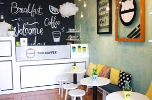 Quán cà phê nhỏ xinh hút giới trẻ trên phố đi bộ